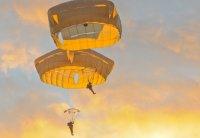 skoczyć ze spadochronem