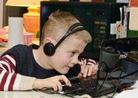 dziecko grające na komputerze